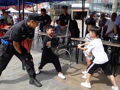 梧州民警开展禁毒宣传活动