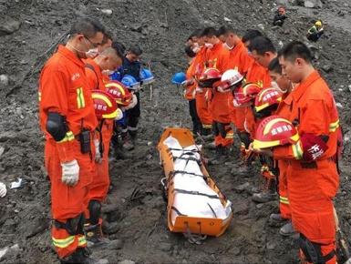 茂县:救援人员为遇难者默哀