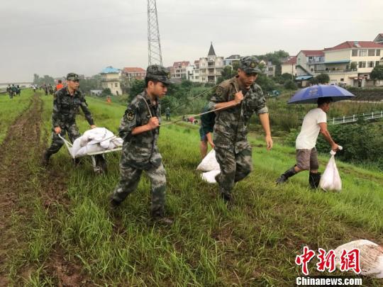 部队官兵正在抗洪救险。兰溪宣传部提供