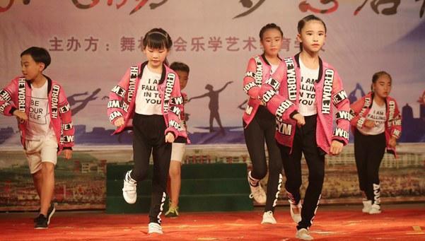 广西融水:小小舞蹈家(图)
