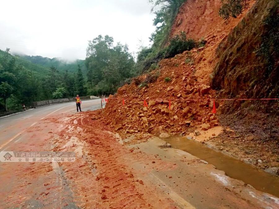 凤山境内路段多处边坡塌方 公路部门及时清理路面