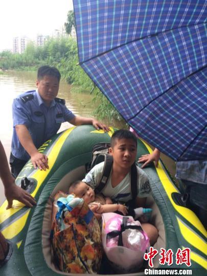 民警用橡皮艇转移民众。兰溪宣传部提供
