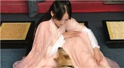 陈乔恩晒与宠物亲密照
