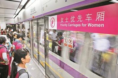 深圳地铁女士优先车厢:男乘客比女乘客还多