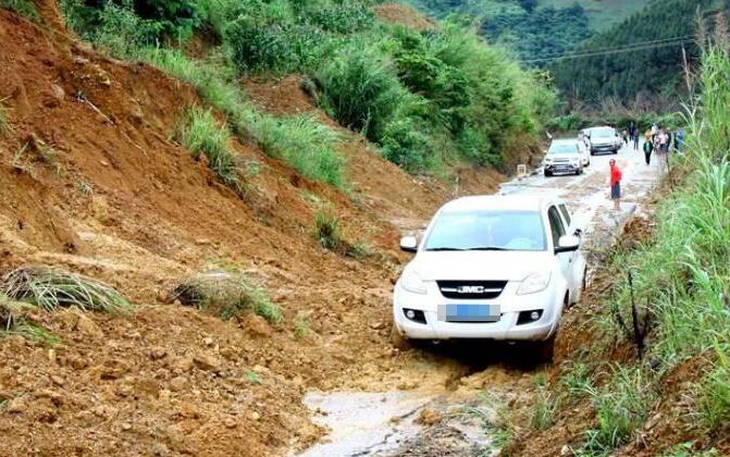高清组图:连续强降雨致那坡至百都路段交通受阻