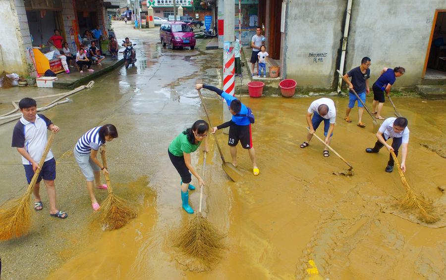 暴雨过后 融安干部群众清淤泥开展生产自救(组图)