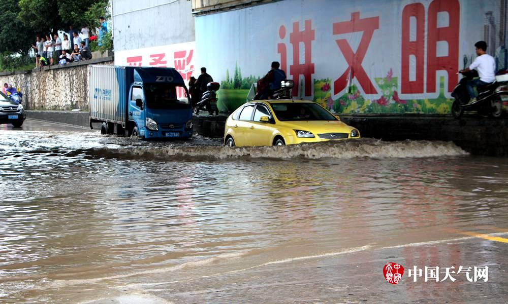 桂林降雨持续 漓江水漫过桥底(组图)