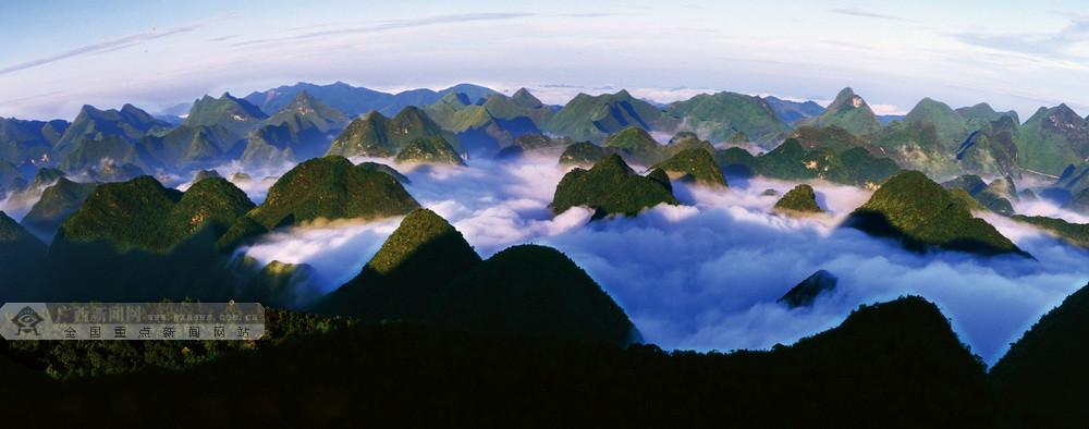 云雾缭绕的七百弄国家地质公园。  黄秉祥 摄
