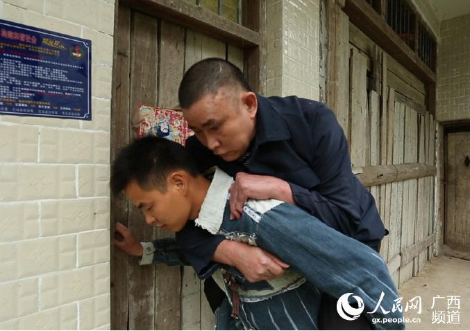 背着爸爸去打工的90后小伙王明进
