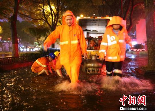 图为:救援人员在现场处置。 何蒋勇 摄