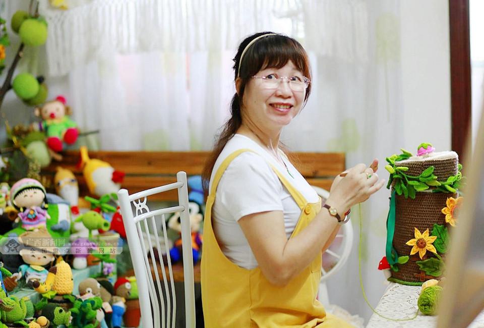 """桂港故事:赴港学艺 """"钩编姐""""直播走红网络"""