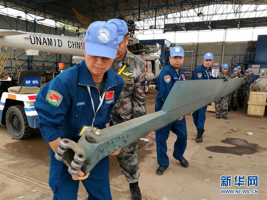 (国际)(1)中国首支维和直升机分队完成组装工作即将试飞