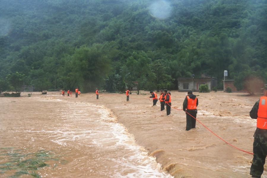 钟山:武警官兵迅速转移被洪水围困的群众(组图)