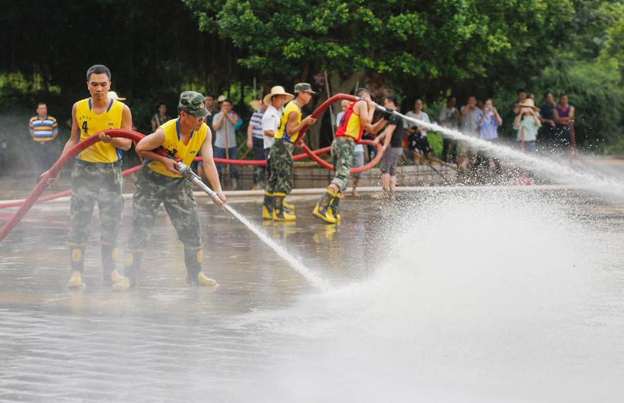 柳城:洪水退去干部群众清淤忙(组图)