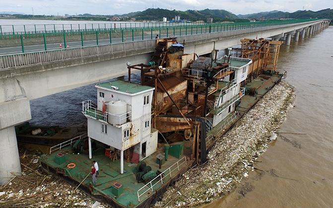高清:洪峰平稳过梧州 捞砂船撞桥现险情