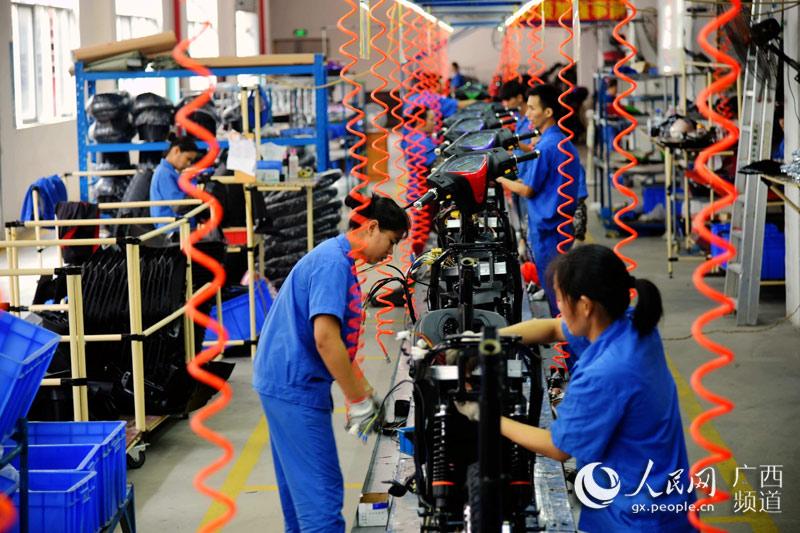 广西贵港市中国-东盟新能源电动车生产基地电动车生产流水线(高东风摄)