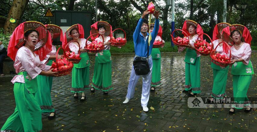 网媒大咖在梧州品味茶香感受悠久历史