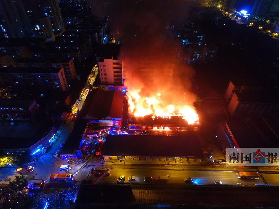 柳州红碑路一建材市场发生大火 火势危及相邻小区