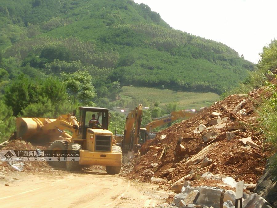 高清:大化至巴马公路发生山体滑坡 钢护栏被砸断