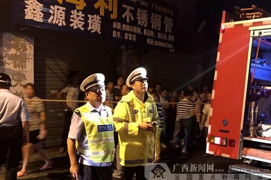 柳州一建材市场失火  交警及时疏通救援通道