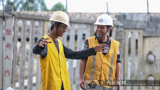 """广西""""85后""""工程男坚守筑路一线"""