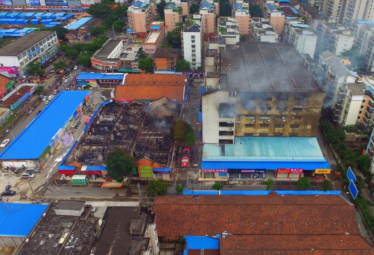 柳州:连夜大火致24间店面付之一炬 烧出重重疑问