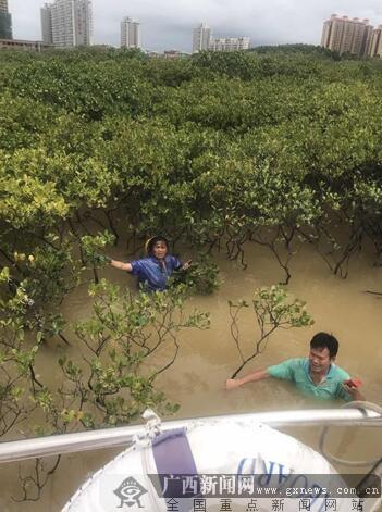 """两名村民误入红树林""""迷宫"""" 被海警官兵救起"""