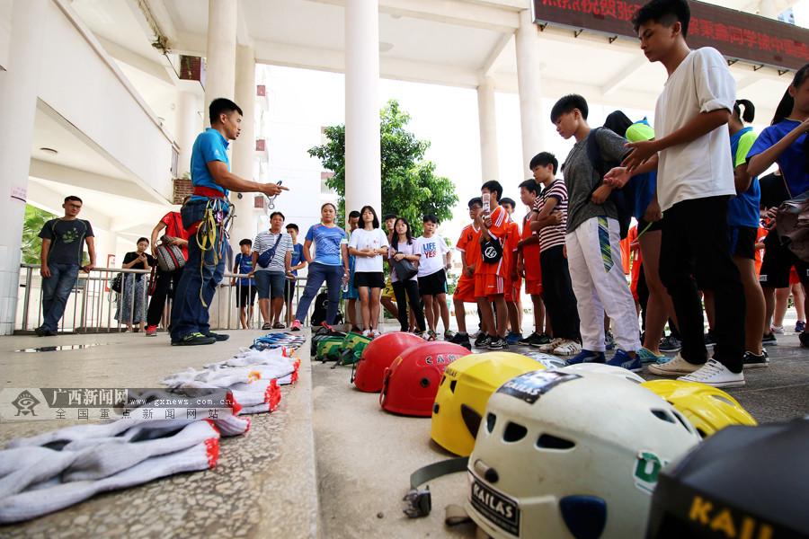 2017南宁市阳光体育大会:小选手竞相体验高楼速降