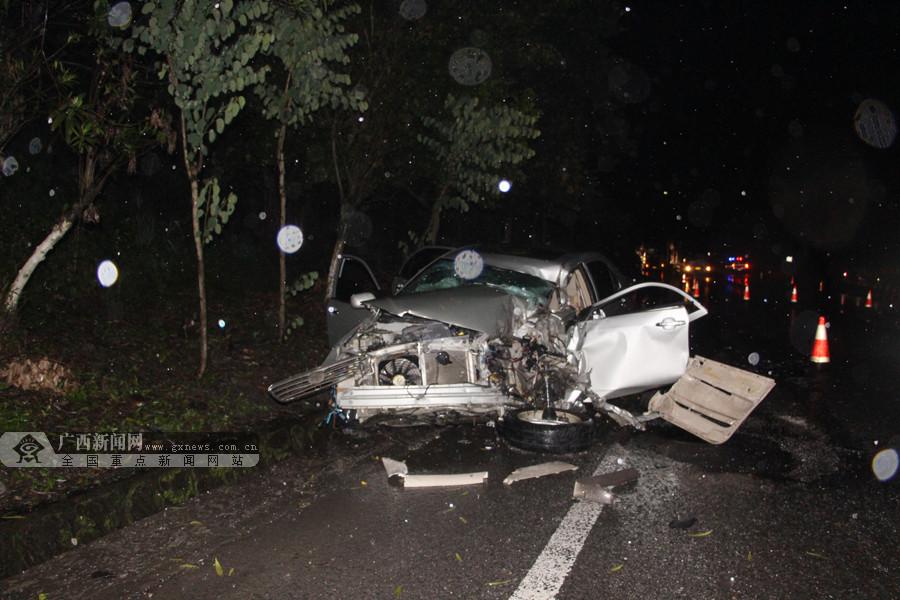 小轿车与货车相撞 轿车车头受损司机幸免于难(图)