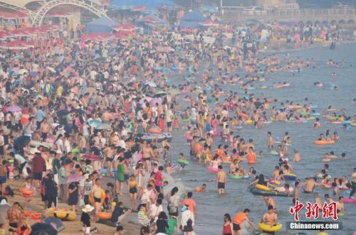 2017年7月12日,青岛市第一海水浴场日迎数万游客前来避暑纳凉。<a target='_blank' href='http://www.chinanews.com/'></table>中新社</a>发 王海滨 摄 图片来源:CNSPHOTO