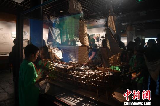 图为寻根团成员参观福州林则徐纪念馆。 吕明 摄