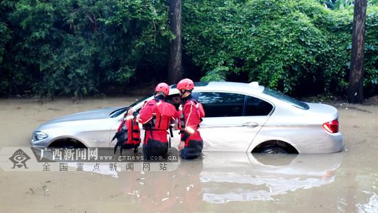 宝马车内一家三口被洪水围困 消防伸援手相救(图)
