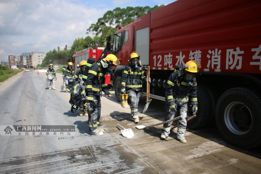 高清:28吨浓硫酸罐车遭小车追尾发生泄漏