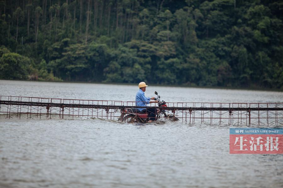 """7月15日焦点图:武鸣一山村村民过桥犹如""""水上漂"""""""