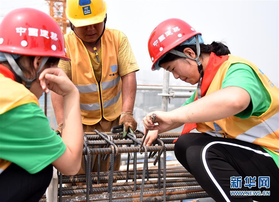 (社会)(3)农民工子女暑期体验高温下父母工作