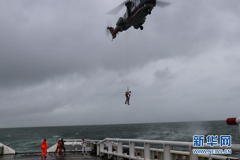 (社会)(2)南海救助局紧急救援49名被台风围困游客