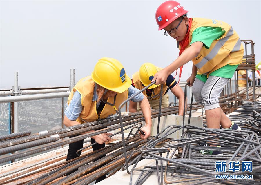 (社会)(5)农民工子女暑期体验高温下父母工作