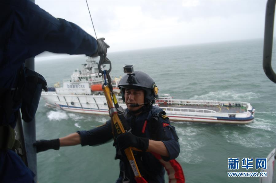 (社会)(3)南海救助局紧急救援49名被台风围困游客