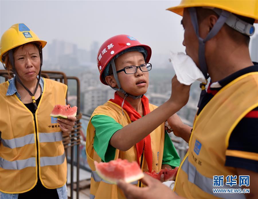 (社会)(1)农民工子女暑期体验高温下父母工作