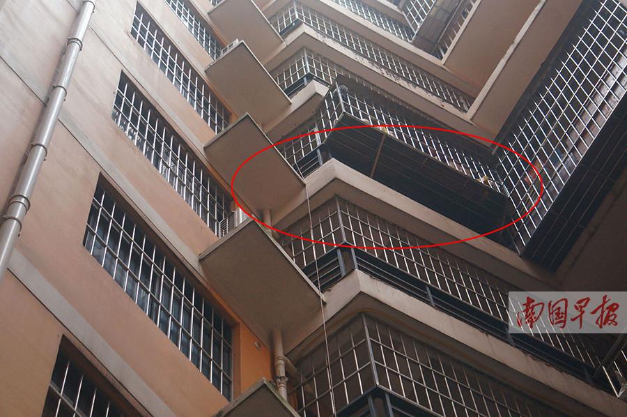 南宁:男童六楼阳台坠亡 护栏下方空隙被指过大(图)