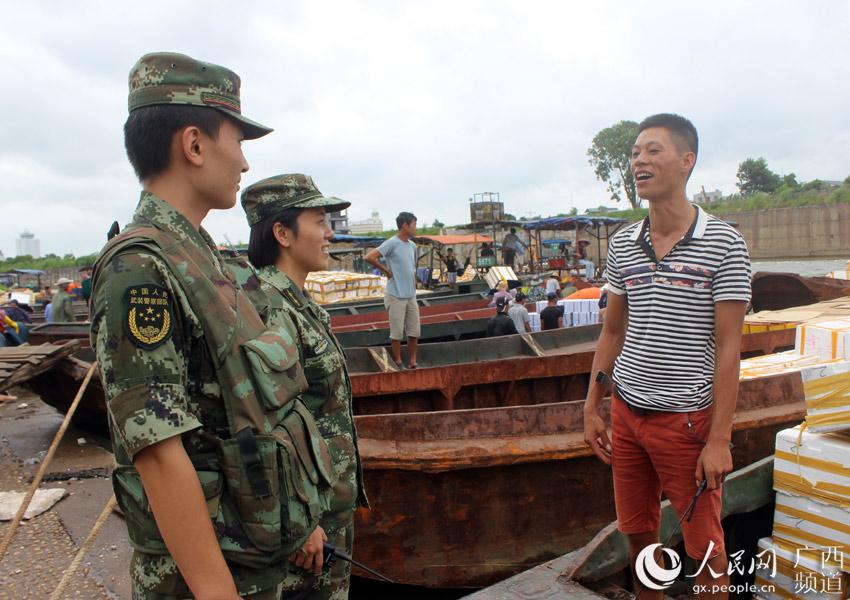 图为官兵走上渔船宣传台风动态