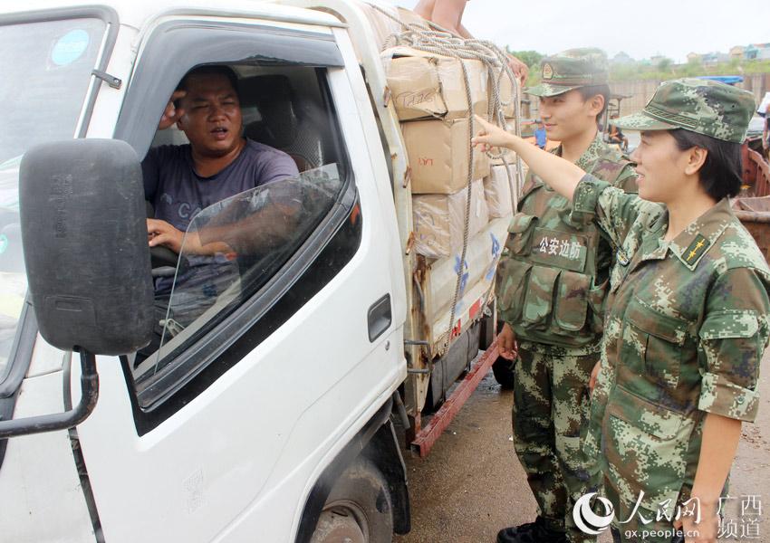 图为官兵深入码头宣传防台风常识