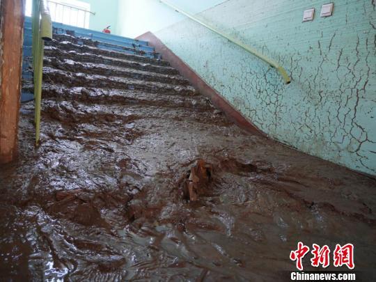 学校积有厚厚的淤泥 苍雁 摄