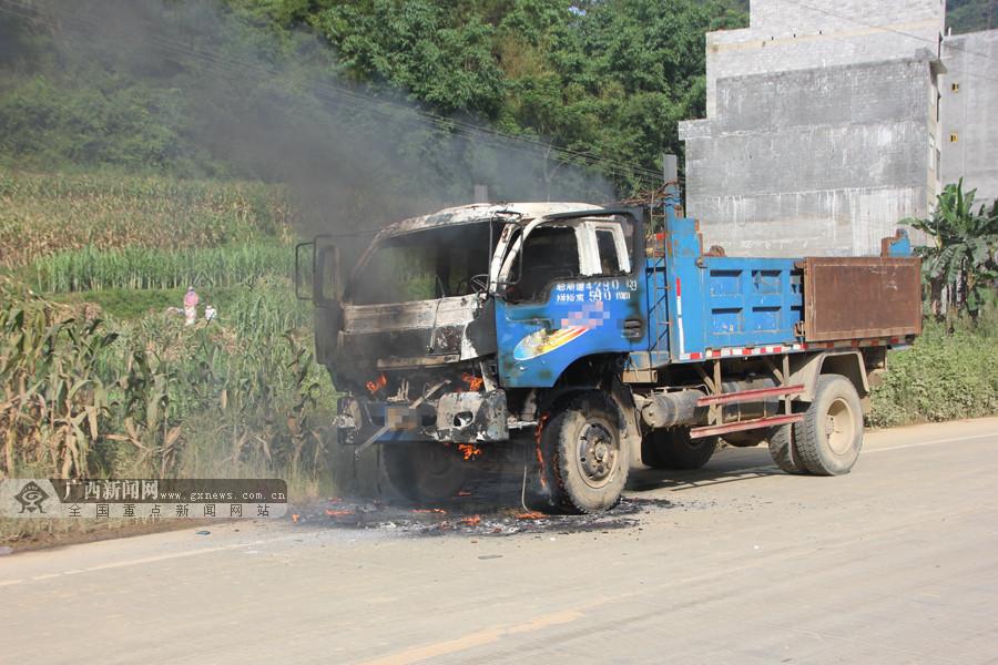 小货车行驶途中突然起火 驾驶室瞬间被火吞噬(图)