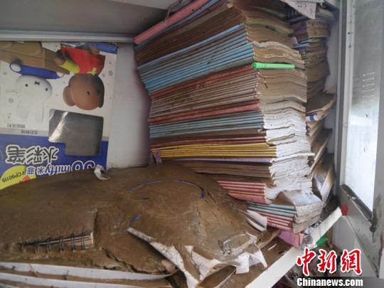 书本被淤泥覆盖 苍雁 摄