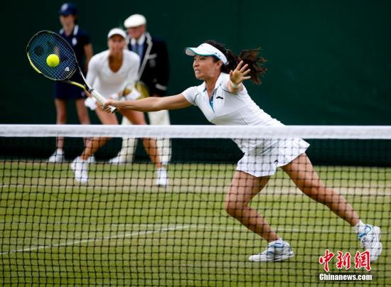当地时间6月26日,在英国伦敦举行的2014年温布尔登网球锦标赛进入了第四个比赛日。在女双首轮较量中,9号种子郑洁/赫拉瓦科娃经过激战后以两个7-5艰难淘汰郑赛赛/勒普琴科,取得开门红。<a target='_blank' href='http://www.chinanews.com/'></table>中新社</a>发 杜洋 摄