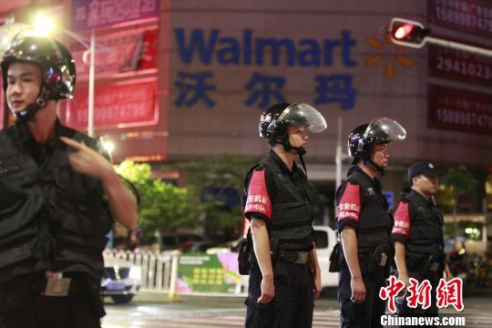 男子在深圳西乡沃尔玛超市持菜刀伤人致2死9伤