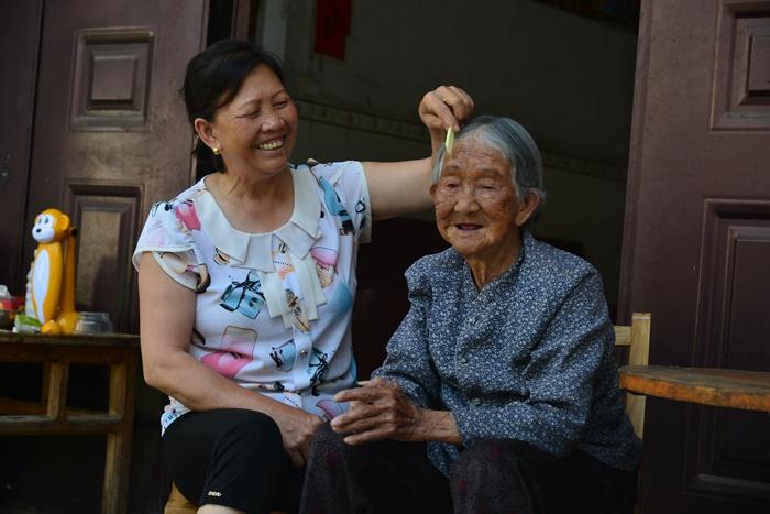 好媳妇杨彩春 同时照顾多位孤寡老人37载