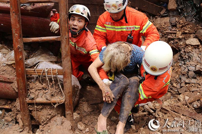 蒙山:雨天致瓦房倒塌 两90岁高龄老人幸运生还