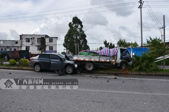 男子驾驶轿车追尾货车身亡 拿到驾照仅三天(视频)